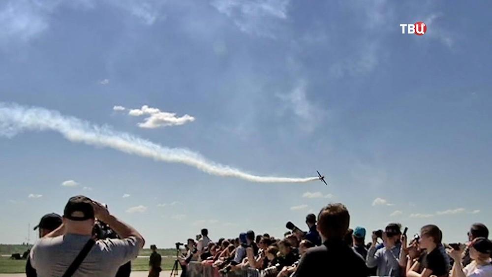 Пролет самолета над зрителями на авиашоу