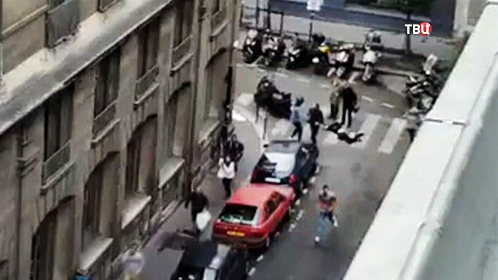 Момент нападения мужчины на прохожих в Париже