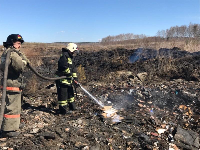 Пожарные на свалке в Екатеринбурге