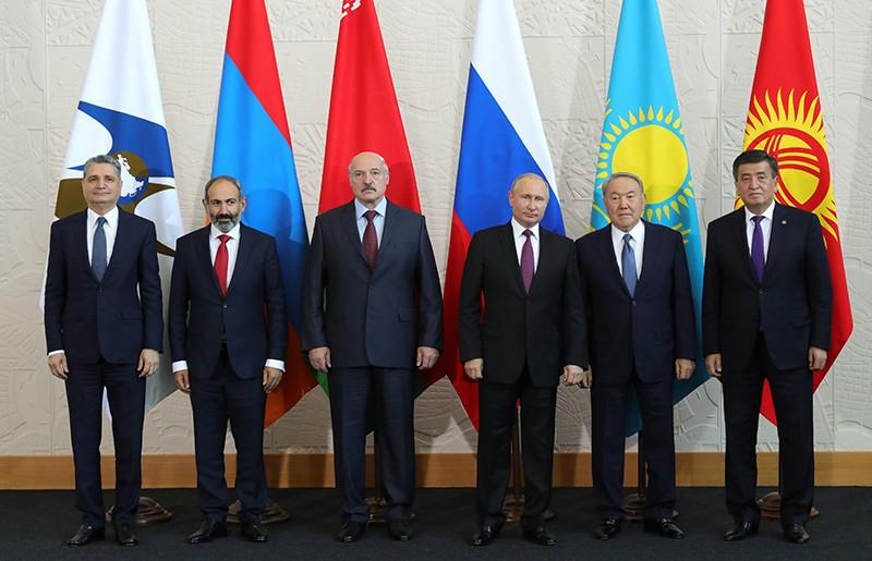 Президент России Владимир Путин во время совместного фотографирования перед заседанием Высшего Евразийского экономического совета в Сочи