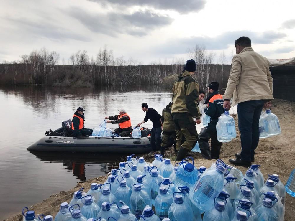 Спасатели МЧС доставляют питьевую воду паводков