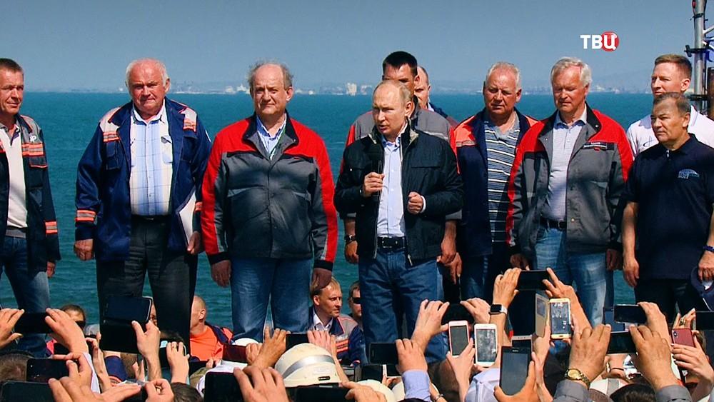 Владимир Путин выступает перед строителями Крымского моста