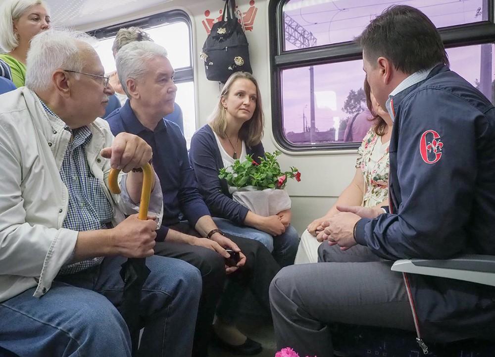 Сергей Собянин и Андрей Воробьев общаются с пассажирами электрички