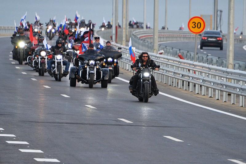 Мотоциклисты едут по автодорожной части Крымского моста