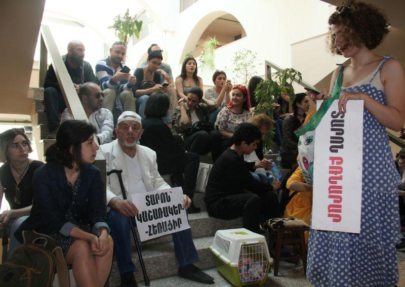 Демонстранты, требующие отставки мэра Еревана Тарона Маргаряна, в здании городской администрации