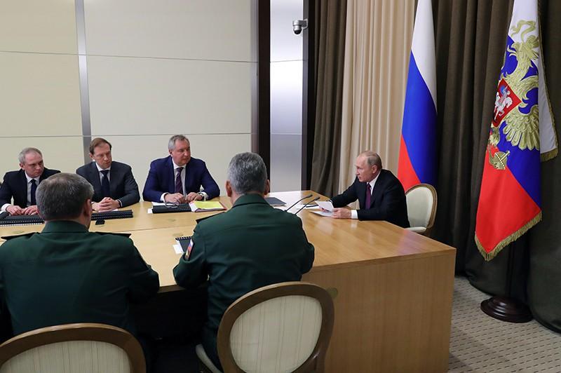 Владимир Путин проводит совещание с представителями Минобороны и предприятий ОПК