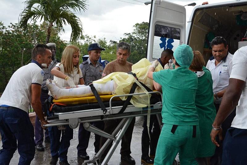 Спасатели на месте крушения самолета Boeing 737 на Кубе