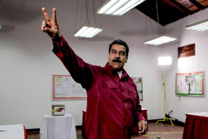 Николас Мадуро на избирательном участке