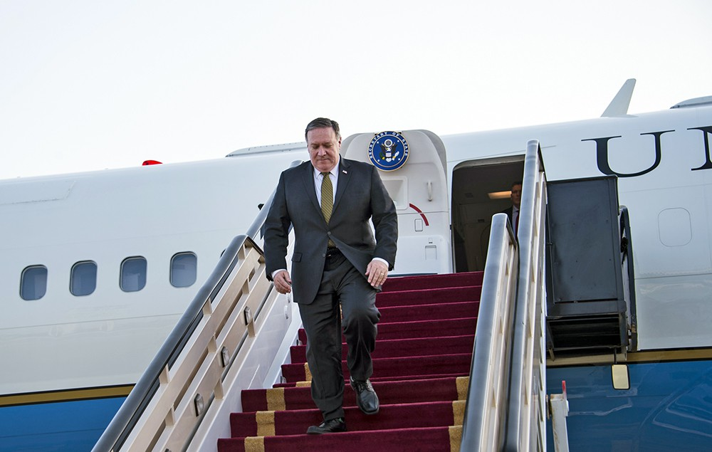 Майк Помпео спускается по трапу самолета
