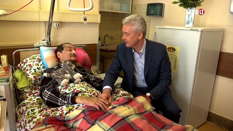 Сергей Собянин общается с пожилыми людьми