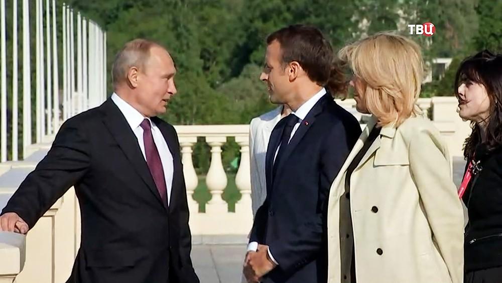 Владимир Путин и Эмманюэль и Бриджит Макрон