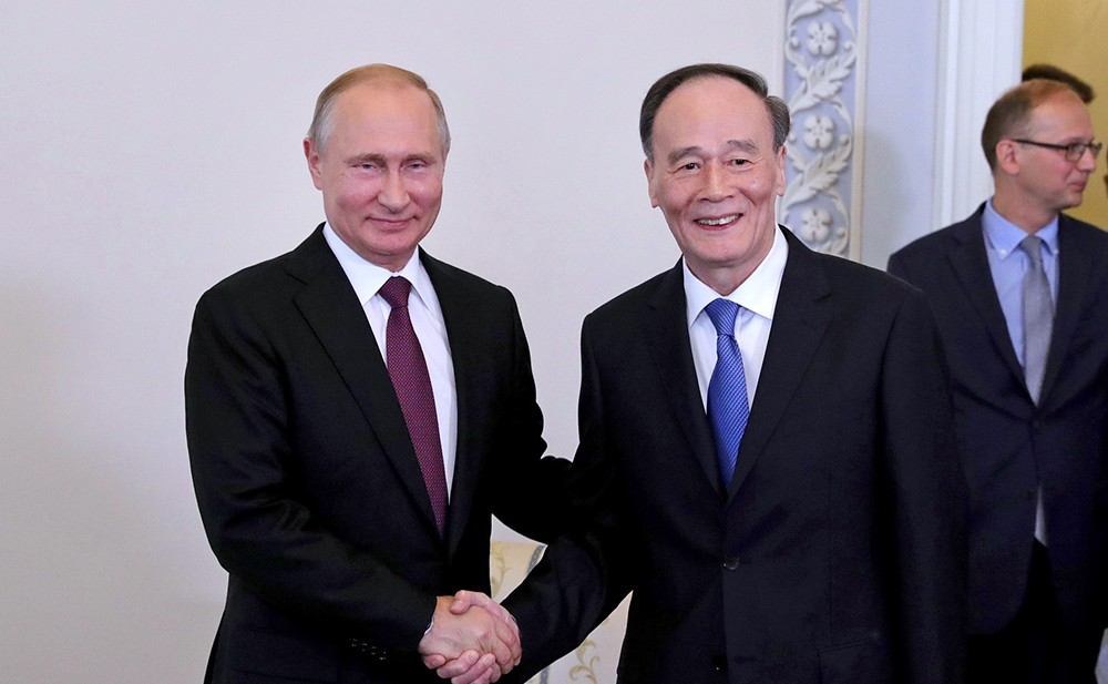 Президент России Владимир Путин и зампредседателя КНР Ван Цишань