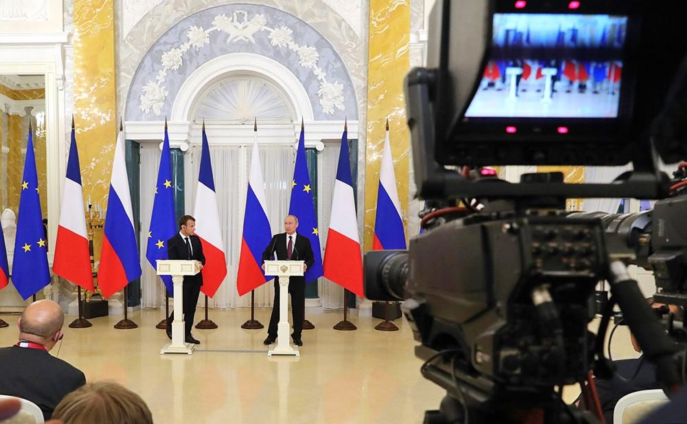 Владимир Путин и Эммануэль Макрон на пресс-конференции