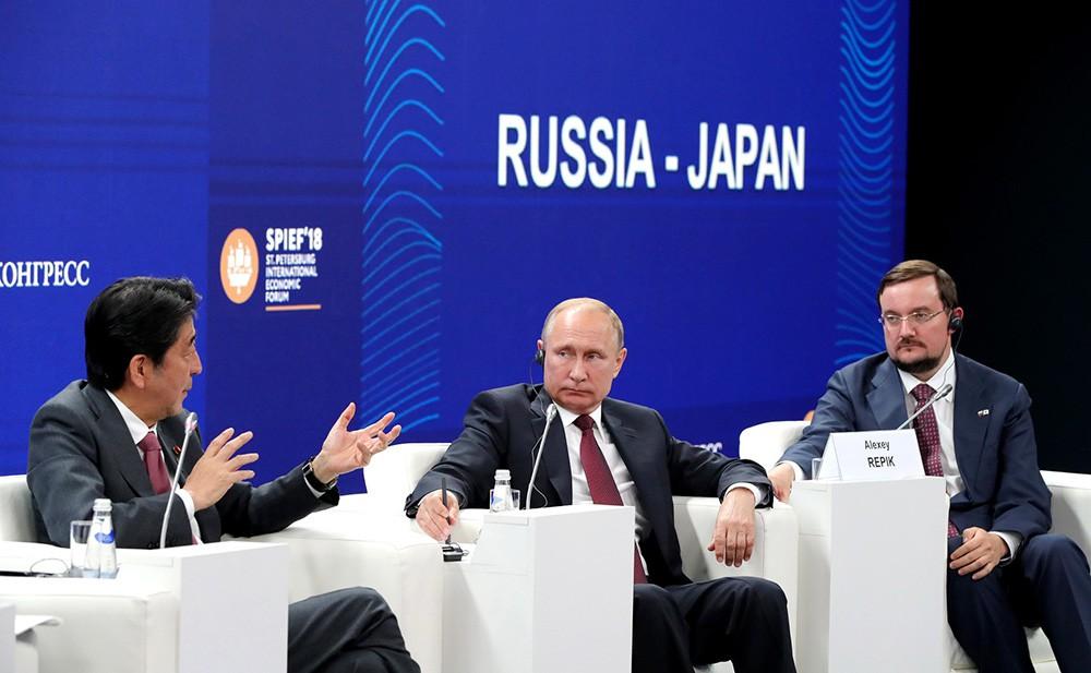 """Владимир Путин и премьер-министр Японии Синдзо Абэ приняли участие в панельной дискуссии """"Бизнес-диалог Россия – Япония"""""""