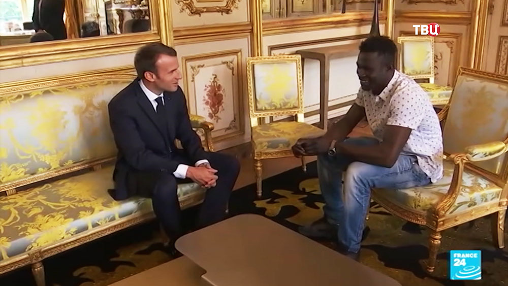 Мамуду Гассама и президент Франции Эммануэль Макрон во время встречи