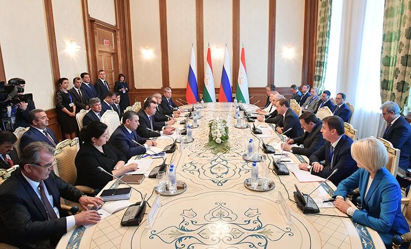 Дмитрий Медведев и премьер-министр Таджикистана Кохир Расулзода во время встречи в Душанбе