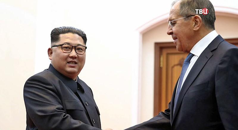 Министр иностранных дел РФ Сергей Лавров и глава КНДР Ким Чен Ын на встрече в Пхеньяне