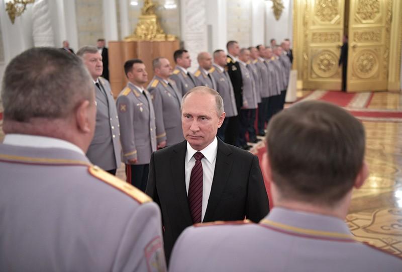 Владимир Путин во время встречи с офицерами по случаю их назначения на вышестоящие должности и присвоения высших воинских и специальных званий