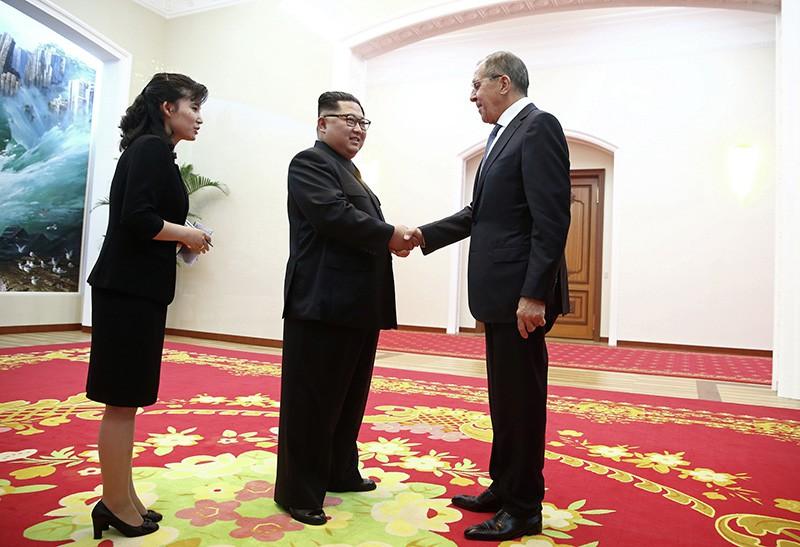 Сергей Лавров и глава КНДР Ким Чен Ын на встрече в Пхеньяне