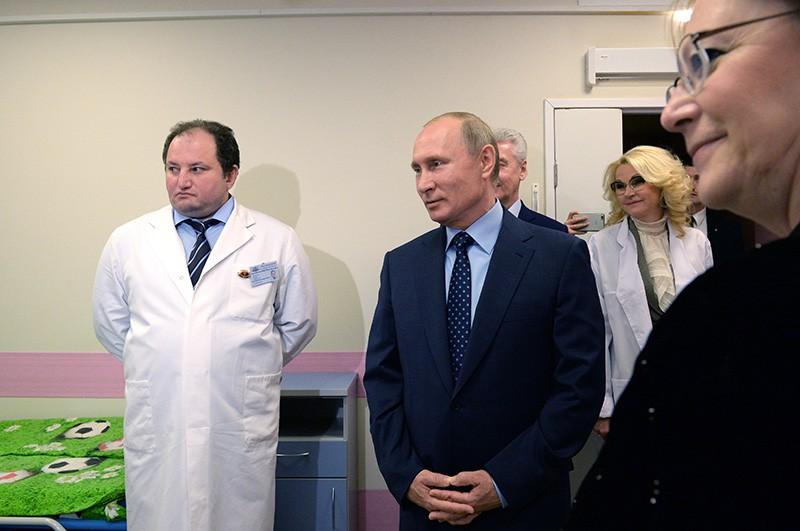 Владимир Путин во время посещения Морозовской больницы