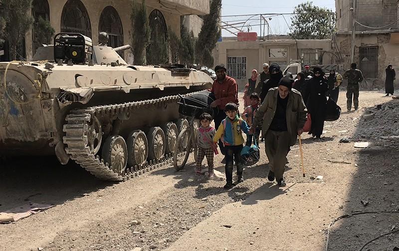 Мирные жители выходят через гуманитарный коридор