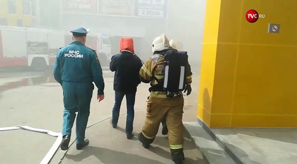 Пожарные МЧС эвакуируют посетителей ТЦ