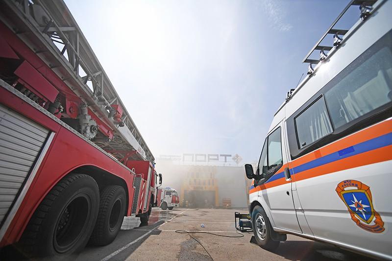 """Пожарная техника перед зданием торгового центра """"Порт"""" в Казани, где произошло возгорание"""