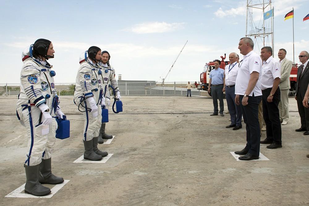 Дмитрий Рогозин и члены длительной экспедиции МКС