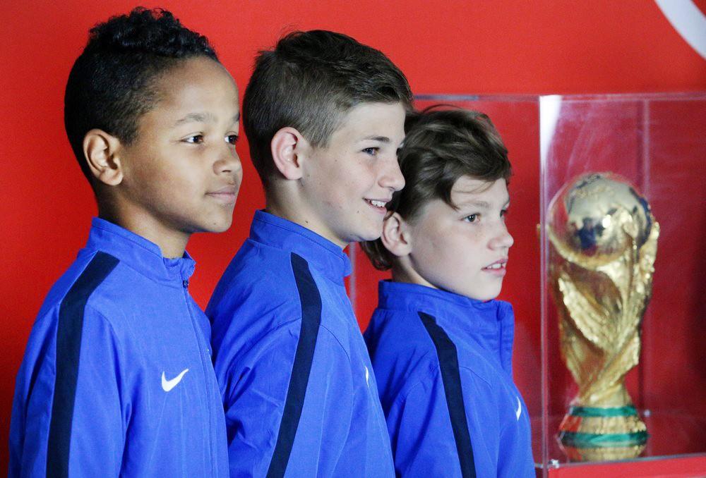 Юные спортсмены и кубок чемпионата мира по футболу FIFA