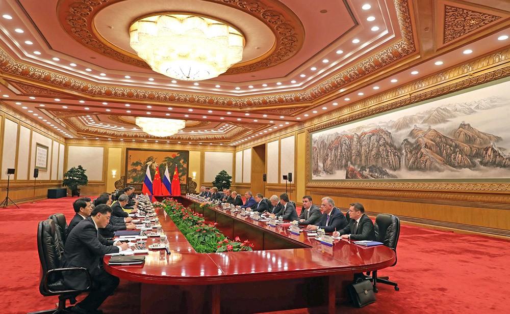 Президент России Владимир Путин и председатель КНР Си Цзиньпин во время российско-китайских переговоров в Пекине
