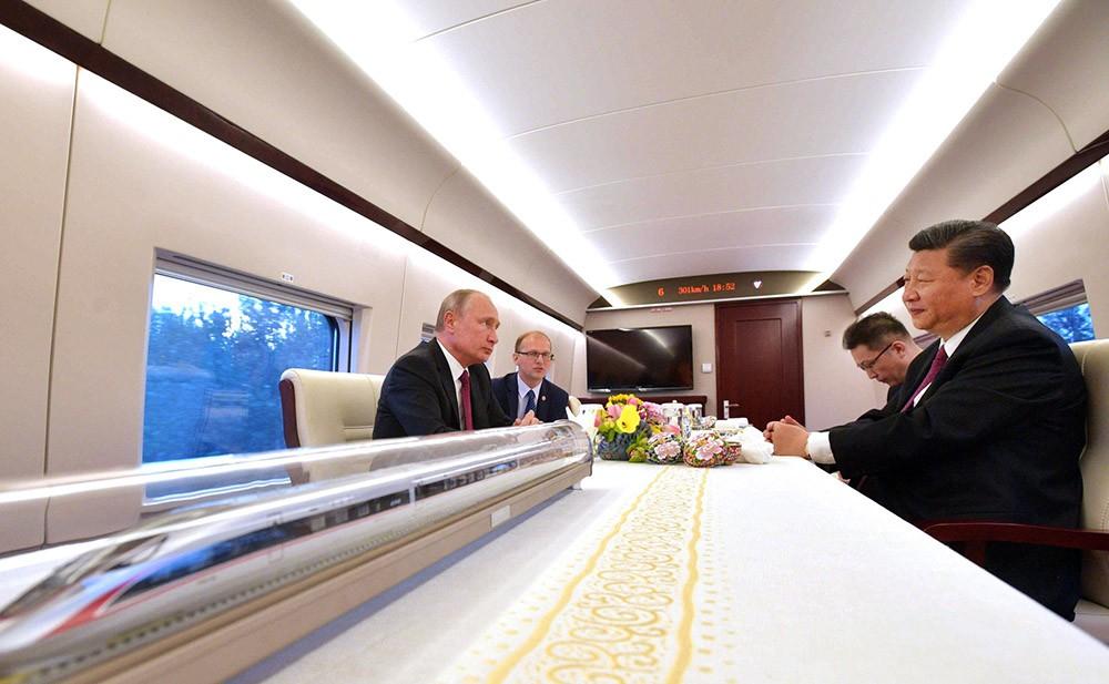 Владимир Путин и Си Цзиньпин во время поездки на скоростном поезде