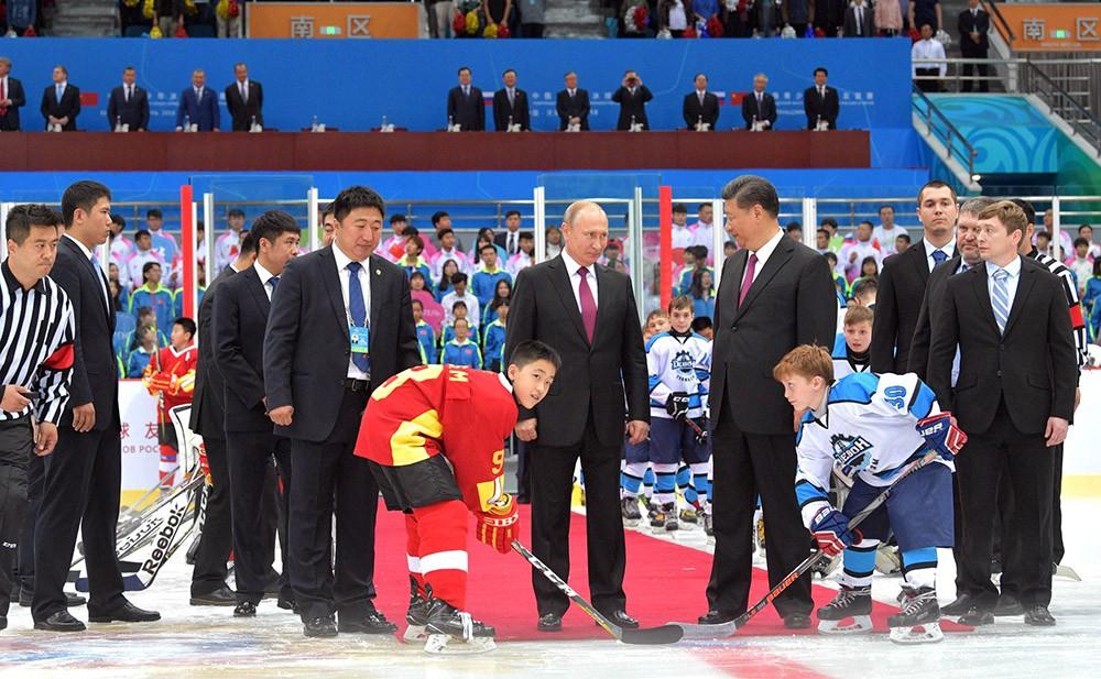 Владимир Путин и Си Цзиньпин посетили хоккейный матч юношеских команд России и Китая
