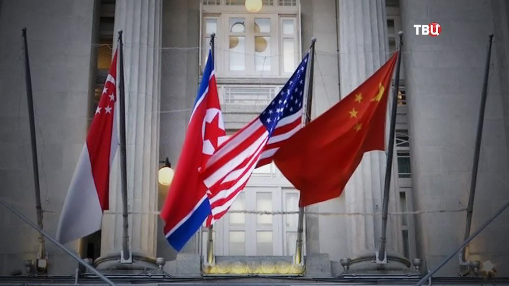 Флаги КНДР, США, Китая и Сингапура