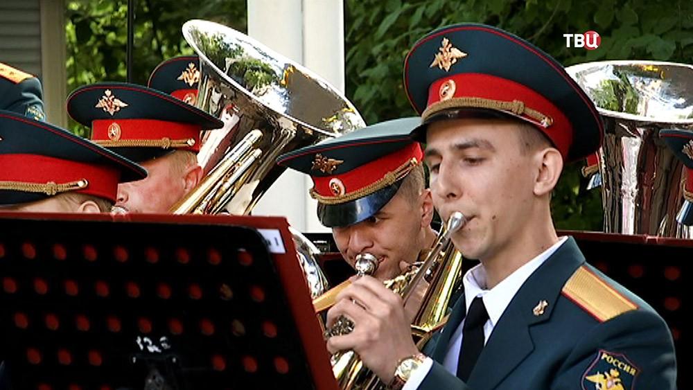 Военный оркестр играет в парке