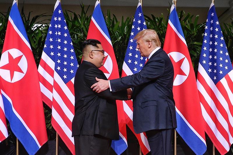 Ким Чен Ын и Дональд Трамп во время встречи