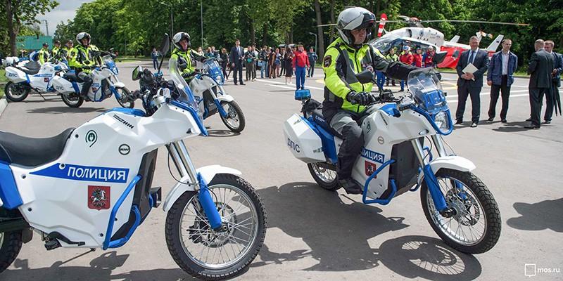 Полицейские на электромотоциклах