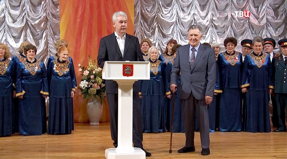Сергей Собянин вручает председателю совета столичного дома ветеранов войн и вооруженных сил Вячеславу Михайлову
