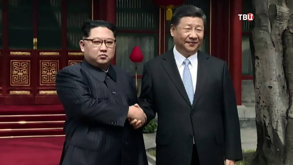 Председатель КНР Си Цзиньпин и глава КНДР Ким Чен Ын
