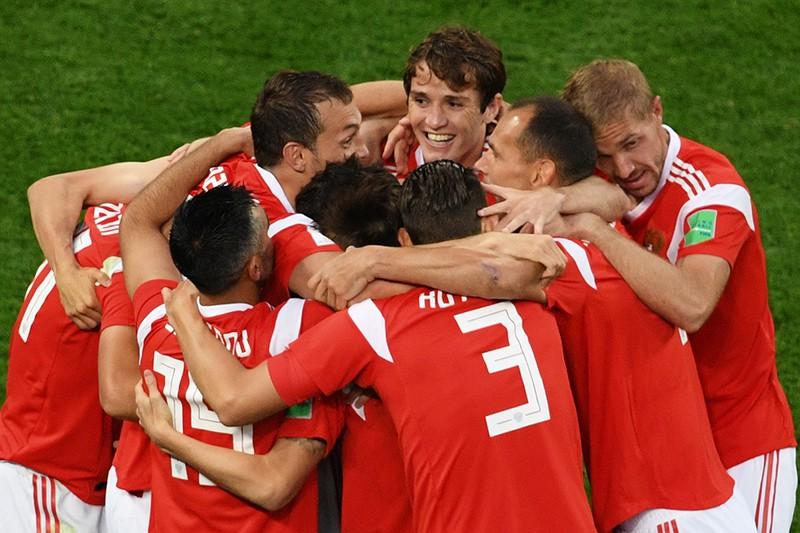 Игроки сборной России радуются забитому голу в матче группового этапа чемпионата мира по футболу между сборными России и Египта
