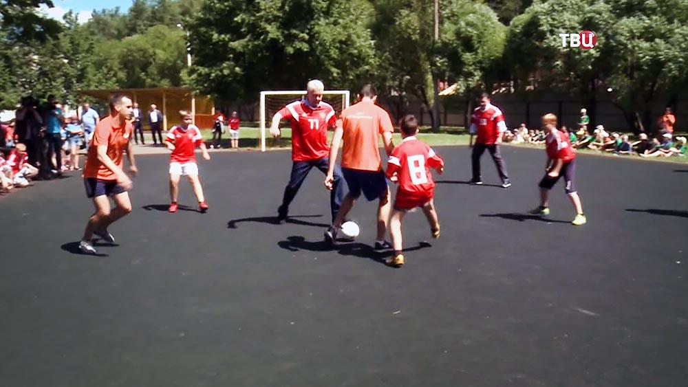 Сергей Собянин играет в футбол с детьми