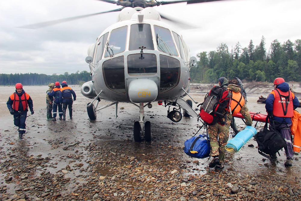 Вертолет МЧС России эвакуирует пострадавших
