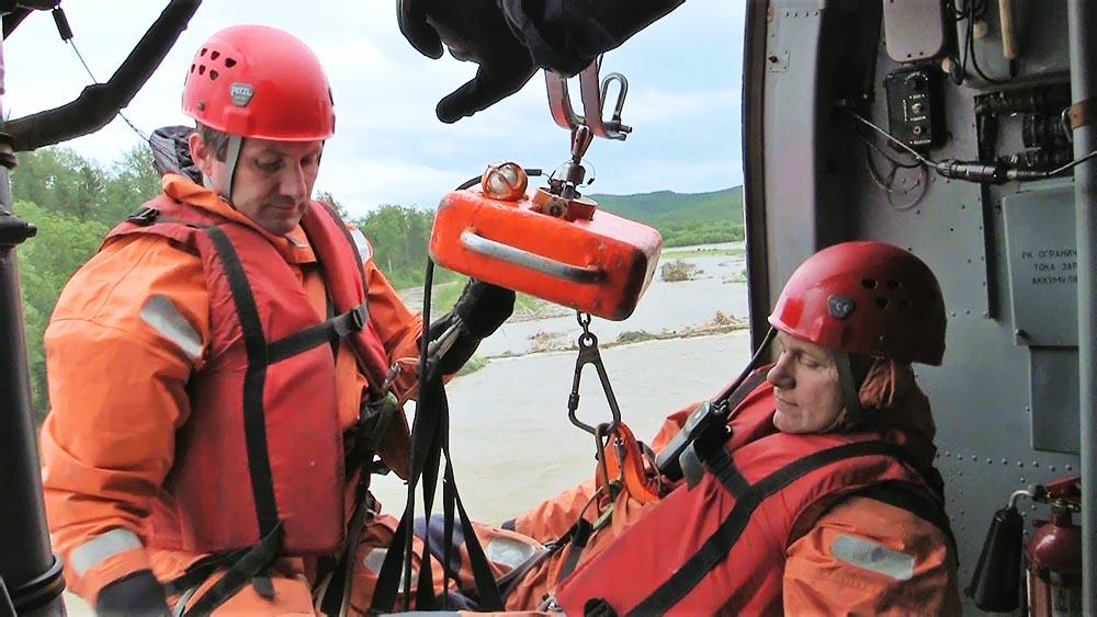 Спасатели МЧС проводят спасательную операцию с вертолета