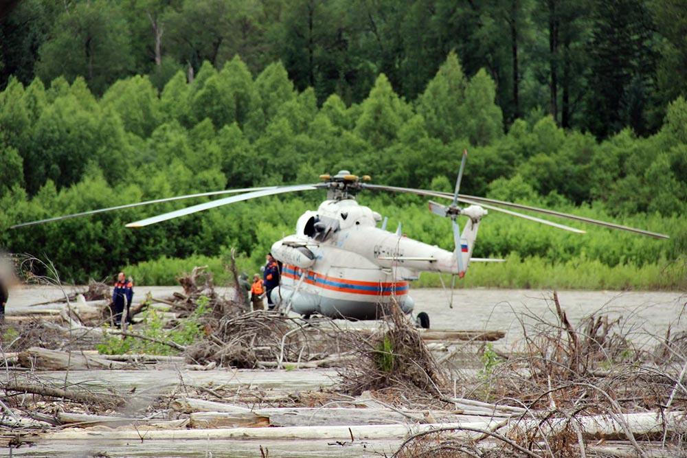 Вертолет МЧС России на месте происшествия