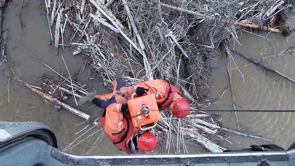 Спасатели МЧС проводят эвакуацию