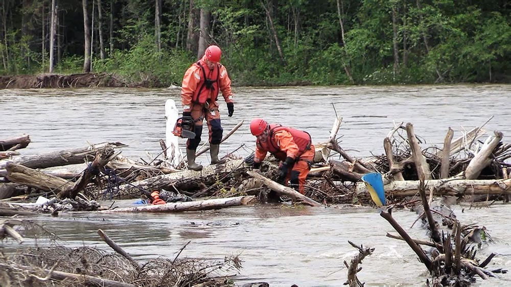 Спасатели МЧС проводят спасательную операцию