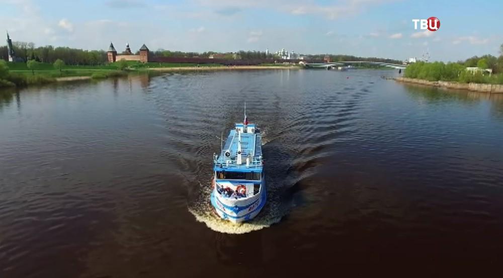 Прогулочный корабль в Великом Новгороде