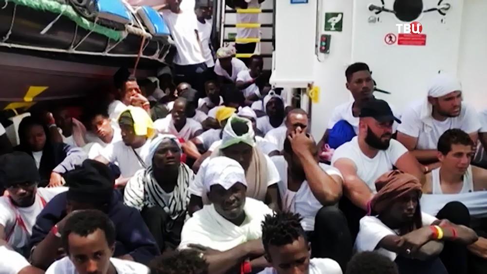 Мигранты на корабле