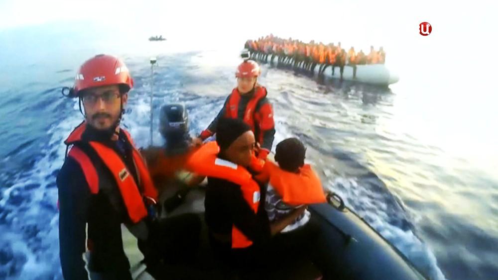 Спасение мигрантов с лодки