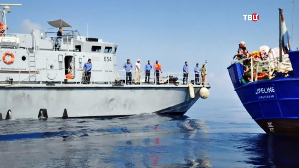 Береговая охрана Италии и лодка с мигрантами