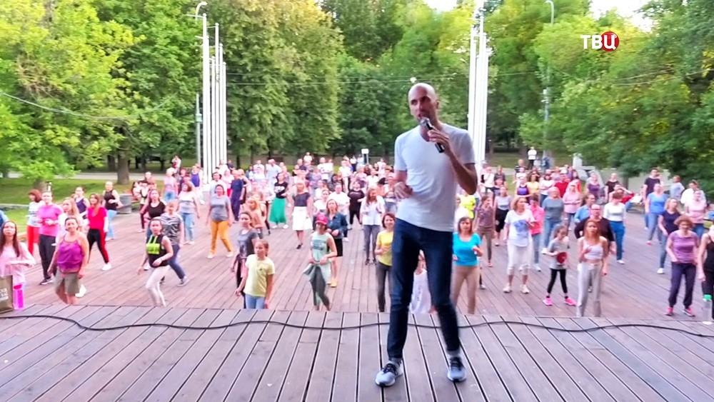 Хореограф, руководитель школы танцев Евгений Папунаишвили играет в пинг-понг